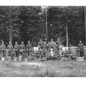 Zdjęcie przedstawiające grupę przed (lub po) zabiegu leśnym w 1926 roku, fot. archiwum Nadleśnictwa Białowieża (udostępnił P.W. Chilecki)