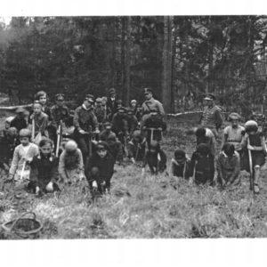 Grupa dzieci wraz z gajowym w trakcie sadzenia żołędzi - lata 30-te., fot. archiwum Nadleśnictwa Białowieża