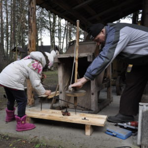 ania-laskowska-agroturystyka-bora-zdroj-pokazy-wiercenia-w-drewnie